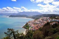 Vista principal del pueblo de Lastres, encendido de los puntos m?s hermosos de la regi?n de Asturias foto de archivo libre de regalías