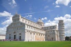 A vista proeminente da torre inclinada no quadrado dos milagre em Pisa, Itália foto de stock