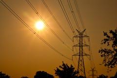 Vista profilata del palo elettrico nell'ambito di sole Fotografia Stock Libera da Diritti