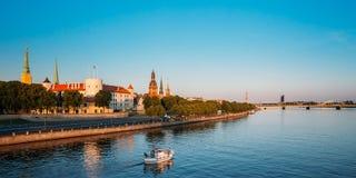 Vista a Promenad do Daugava, em Riga, Letónia Ab Dambis Curso Foto de Stock Royalty Free