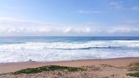 Vista que calma de la playa y de ondas en Suráfrica fotos de archivo libres de regalías