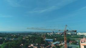 Vista que circunda aérea del emplazamiento de la obra nuevo grúa del wint del edificio residencial cerca del estacionamiento gran almacen de video