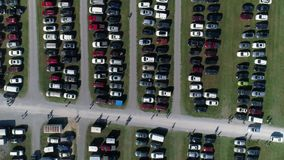 Vista que olha para baixo no parque de estacionamento no campo filme