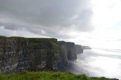 Vista que olha sul sobre os penhascos de Moher no condado Clare, Irlanda Fotografia de Stock
