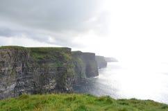 Vista que olha sul sobre os penhascos de Moher no condado Clare, Irlanda Imagem de Stock Royalty Free
