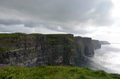 Vista que olha sul sobre os penhascos de Moher no condado Clare, Irlanda Imagens de Stock