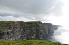 Vista que olha sul sobre os penhascos de Moher no condado Clare, Irlanda Imagem de Stock
