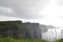 Vista que olha sul sobre os penhascos de Moher no condado Clare, Irlanda Foto de Stock