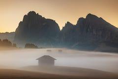 Vista que sorprende de las montañas alpinas Alpe di Siusi, dolomías Italia fotos de archivo libres de regalías