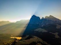 Vista que sorprende de las montañas alpinas Alpe di Siusi, dolomías Italia imagenes de archivo