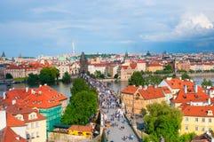 Vista qui sopra sul ponte di Charles con i turisti a Praga, ceca Fotografie Stock Libere da Diritti