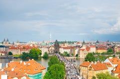 Vista qui sopra sul ponte di Charles e sul fiume della Moldava a Praga, ceca Fotografia Stock