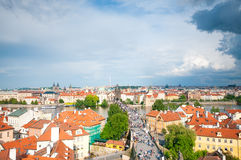 Vista qui sopra sul ponte di Charles a Praga, ceca Fotografie Stock Libere da Diritti