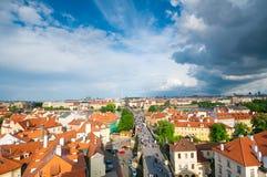 Vista qui sopra sulla vecchi città e ponte di Charles a Praga Immagine Stock