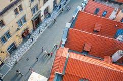 Vista qui sopra sulla vecchia città della via a Praga, ceca Immagine Stock Libera da Diritti