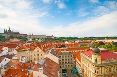 Vista qui sopra sulla vecchie città e cattedrale dei san Vitus a Praga Fotografia Stock Libera da Diritti