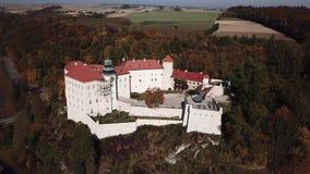 Vista a?rea ao castelo hist?rico Pieskowa Skala perto de Krakow no Pol?nia video estoque