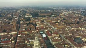 Vista a?rea da catedral de Pavia dos di do domo dentro da arquitetura da cidade de Pavia Italy vídeos de arquivo