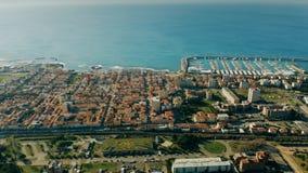 Vista a?rea da frente mar?tima e do porto de Rosignano Solvay Tosc?nia, Italy vídeos de arquivo