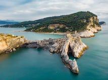 Vista a?rea da igreja do G?tico-estilo de St Peter que senta-se sobre um promont?rio rochoso na vila de Porto Venere, Liguria, It imagens de stock royalty free