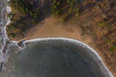 Vista a?rea da linha costeira e da praia congeladas do lago imagens de stock royalty free