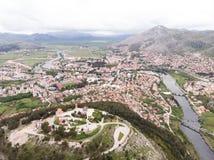 Vista a?rea da ponte e da cidade de Hercegovacka Gracanica em Trebinje B?snia e Hercegovina imagens de stock