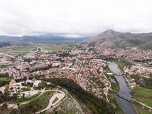 Vista a?rea da ponte e da cidade de Hercegovacka Gracanica em Trebinje B?snia e Hercegovina fotografia de stock royalty free