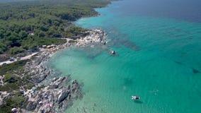 Vista a?rea da praia rochosa com ?gua de turquesa em Halkidiki Kavourotripes, Gr?cia, movimento ascendente pelo zang?o, defini??o filme