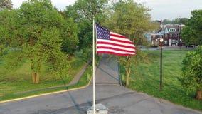 Vista a?rea de la bandera americana que sopla en el viento metrajes