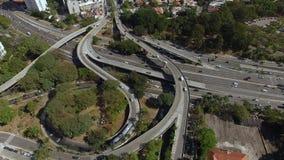 Vista a?rea de la carretera y del paso superior en ciudad Tr?fico de ciudad de la visi?n superior de la carretera y del puente, l almacen de video