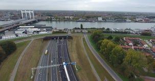 Vista a?rea de la carretera y del t?nel debajo del r?o, Dordrecht, Pa?ses Bajos almacen de video