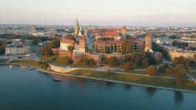 Vista a?rea de la catedral y del castillo reales de Wawel en Krak?w, Polonia, con el r?o Vistula, el parque, la yarda y los turis metrajes