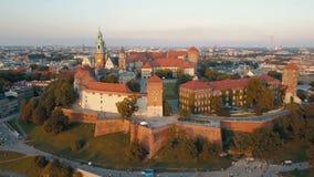 Vista a?rea de la catedral y del castillo reales de Wawel en Krak?w, Polonia, con el r?o Vistula, el parque, la yarda y los turis almacen de metraje de vídeo