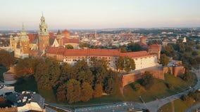 Vista a?rea de la catedral y del castillo reales de Wawel en Krak?w, Polonia, con el r?o Vistula, el parque, la yarda y los turis almacen de video