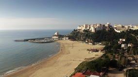 Vista a?rea de la ciudad de la playa de Sperlonga y de la torre de Torre Truglia Italia almacen de metraje de vídeo