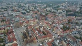 Vista a?rea de la ciudad de wroclaw Ciudad hermosa, vieja Plaza del mercado apretada de una ciudad europea grande almacen de video