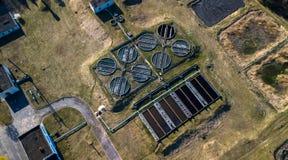 Vista a?rea de la depuradora de aguas residuales Tratamiento de aguas industrial para la ciudad grande de la opini?n del abej?n fotografía de archivo libre de regalías