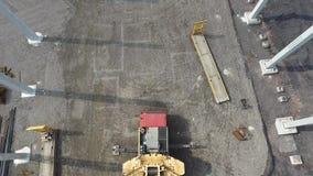 Vista a?rea de la gr?a enorme que instala pilas concretas reforzadas enormes en emplazamiento de la obra metrajes