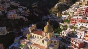 Vista a?rea de la iglesia cat?lica de Positano, pueblo mediterr?neo hermoso en la costa Costiera Amalfitana, el mejor lugar de Am almacen de metraje de vídeo