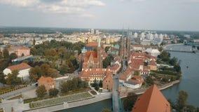 Vista a?rea de la isla de la catedral en Wroclaw, Polonia almacen de metraje de vídeo