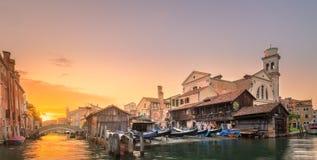 Vista a?rea de la isla de la Phi-phi durante puesta del sol p?rpura fotografía de archivo libre de regalías