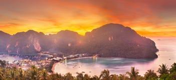 Vista a?rea de la isla de la Phi-phi durante puesta del sol p?rpura fotos de archivo