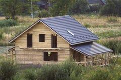 Vista a?rea de la nueva caba?a tradicional ecol?gica de madera de la casa de los materiales naturales de la madera de construcci? foto de archivo libre de regalías
