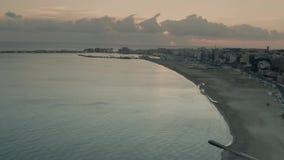 Vista a?rea de la playa en Anzio por la tarde Italia metrajes