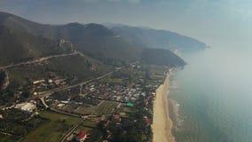 Vista a?rea de la playa en Sperlonga y las monta?as circundantes, Italia almacen de video