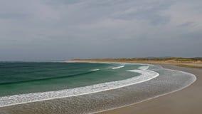 Vista a?rea de la playa famosa de Magheraroarty - Machaire Rabhartaigh - en la manera atl?ntica salvaje en el condado Donegal - almacen de metraje de vídeo