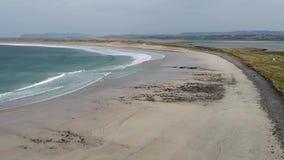 Vista a?rea de la playa famosa de Magheraroarty - Machaire Rabhartaigh - en la manera atl?ntica salvaje en el condado Donegal - metrajes