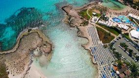 Vista a?rea de la playa hermosa de mediterr?neo, playa de Nissi en Ayia Napa almacen de video