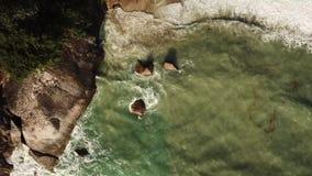 Vista a?rea de las ondas que se rompen en las piedras almacen de video