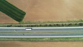 Vista a?rea de las tierras de labrant?o, campos de la rabina y de trigo, y camino de la carretera en el campo almacen de video